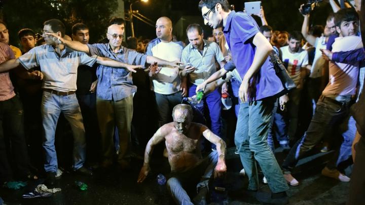 Grupul înarmat care a ocupat o secţie de poliţie din Erevan s-a predat autorităţilor armene