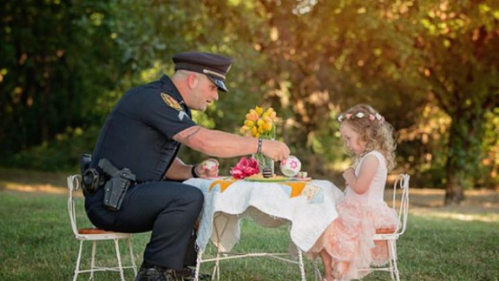 GESTUL IMPRESIONANT făcut de o fetiţă de doi ani unui poliţist care i-a salvat viaţa