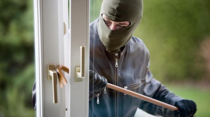 O familie din Chişinău s-a pomenit cu hoţul în casă. INCREDIBIL ce spune suspectul
