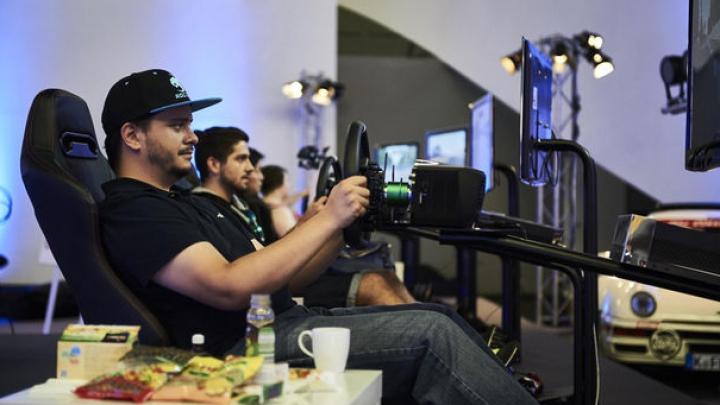 Record mondial. Cinci gameri s-au jucat 48 de ore non stop pe simulatoarele auto