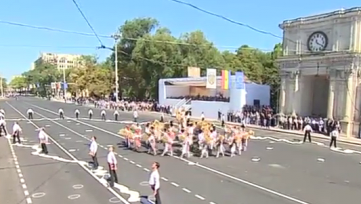 Ziua Independenţei Moldovei: Sute de oameni s-au prins în horă în Piaţa Marii Adunări Naţionale (VIDEO)