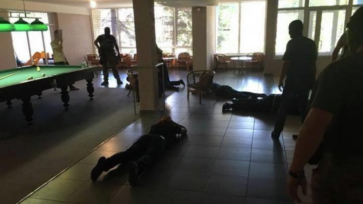 """""""Pomană"""" cu mascaţi la funeraliile unui HOŢ ÎN LEGE! Autorităţi criminale, inclusiv din Moldova, ARESTATE"""