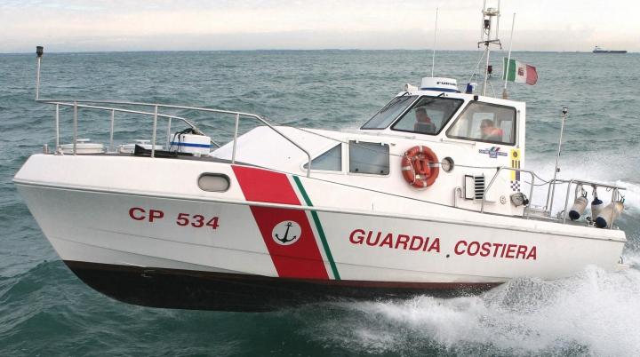 O pisică, găsită în mare, a fost readusă la viaţă de doi membri ai pazei de coastă italiene (VIDEO)