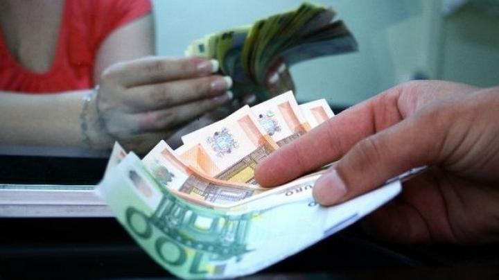 Moldovenii care lucrează peste hotare trimit tot mai puţini bani acasă