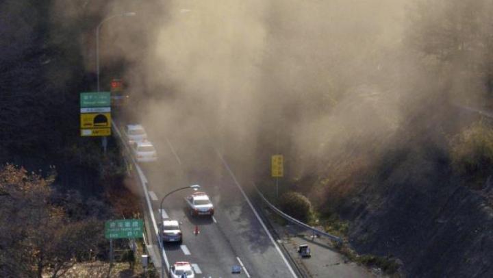 Tunelul morții din China: O stâncă s-a surpat în timp ce două mașini treceau prin zonă (VIDEO)