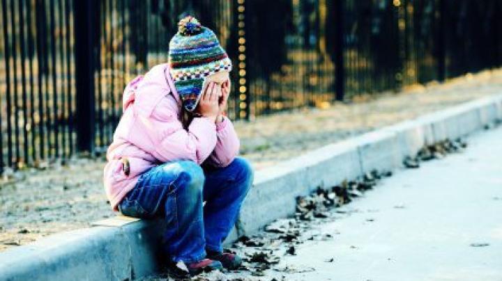 Au fost identificaţi părinţii fetiţei găsite în troleibuzul 21 din Capitală (FOTO)