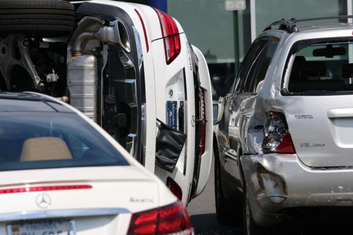 O femeie a luat la test drive un SUV Mercedes şi l-a răsturnat în câteva secunde (Video)