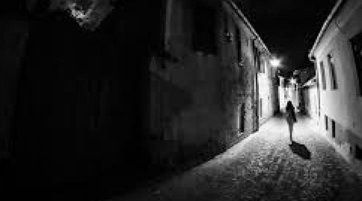 CLIPE DE GROAZĂ pentru o adolescentă din Capitală. A fost speriată de moarte în toiul nopţii (VIDEO)