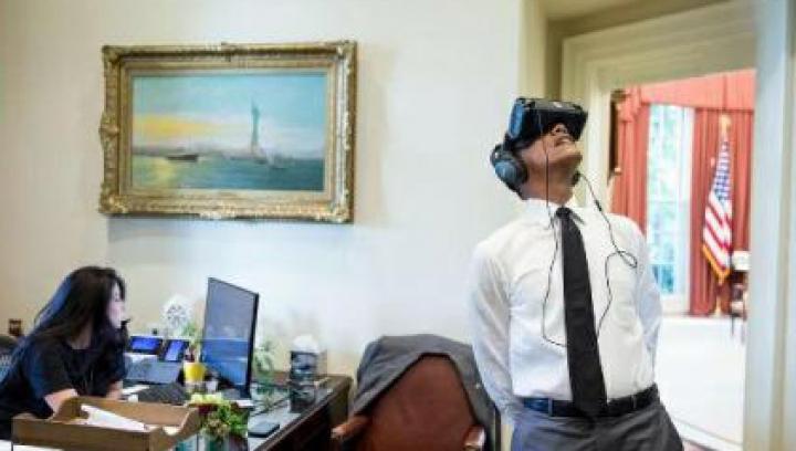 Barack Obama a testat o cască de realitate virtuală la Casa Albă