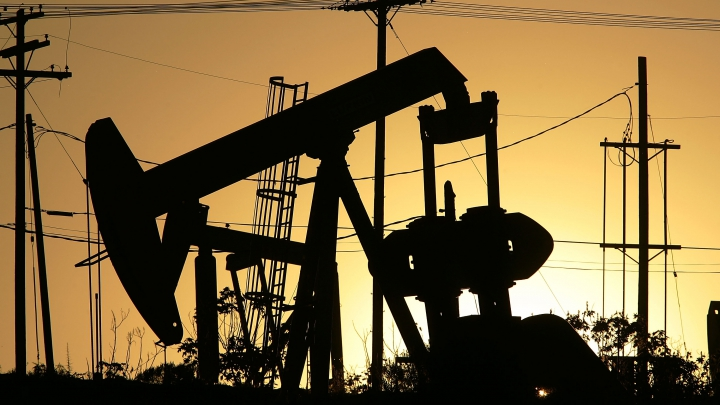 Preţul petrolului a urcat aproape de 44 de dolari barilul