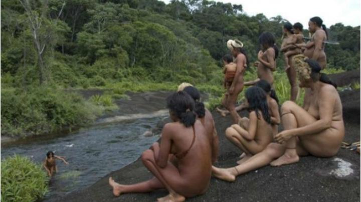 PREMIERĂ! Un trib izolat din Amazon ia primul contact cu lumea exterioară (VIDEO)
