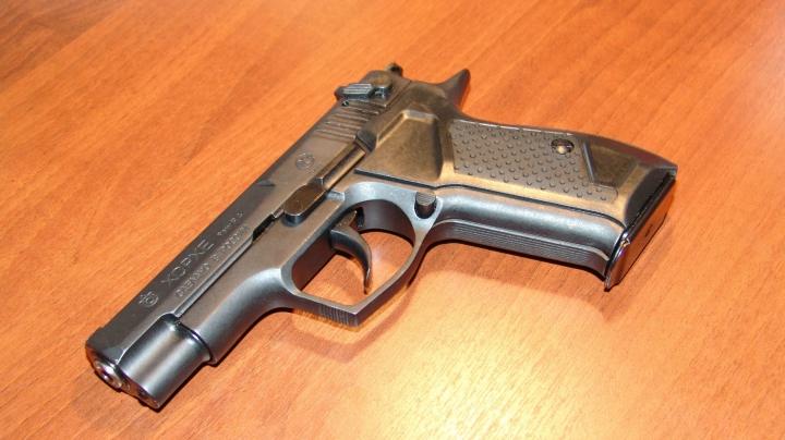 Garda de corp a unui ministru și-a uitat arma încărcată într-un avion. Ce a urmat