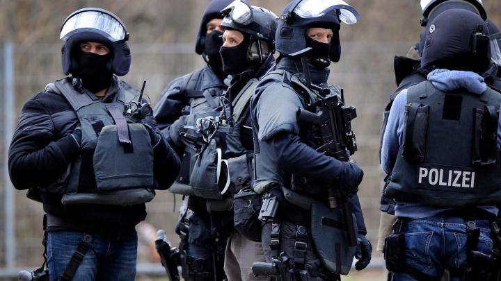 ALERTĂ în Germania! Un bărbat înarmat, plin de sânge, s-a baricadat într-un restaurant (VIDEO)