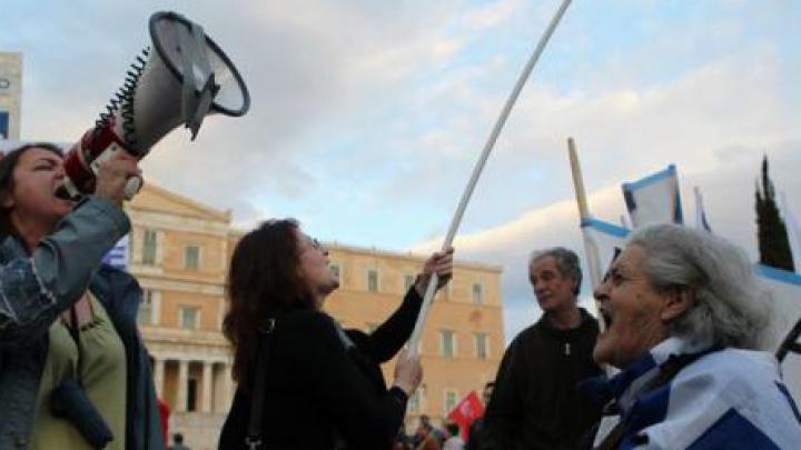 PROTESTE VIOLENTE în centrul Atenei. Poliția a folosit grenade asurzitoare și lacrimogene