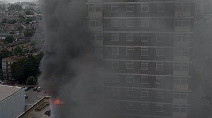 Alertă la Londra. Un bloc de apartamente A LUAT FOC (VIDEO)