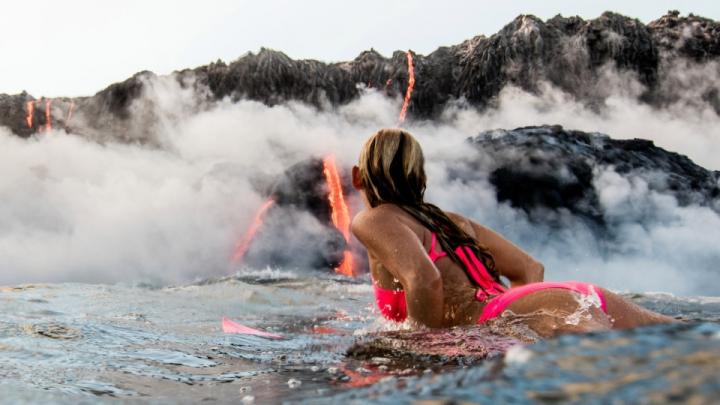 Adrenalină maximă! O aventurieră a înotat la baza unui vulcan activ (VIDEO)