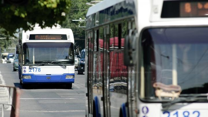 Se surpă asfaltul în Capitală! Un troleibuz a rămas blocat într-o groapă de pe strada Puşkin (FOTO)