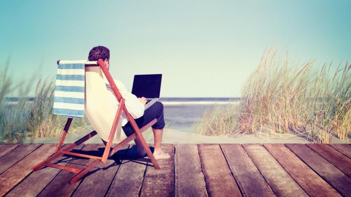 Sfaturile experților: Cum să te protejezi de hackeri în vacanță
