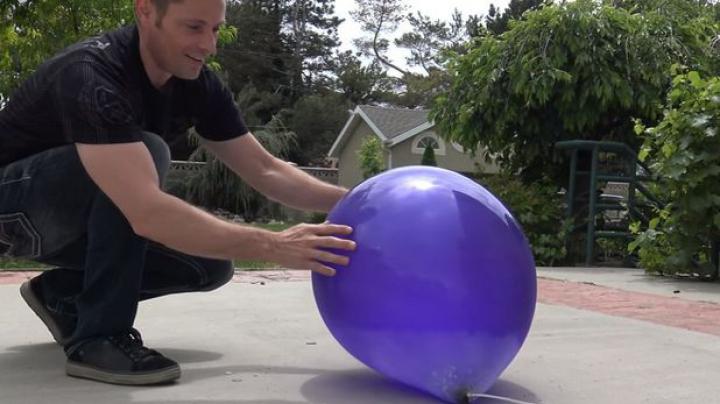 Experiment: Ce se întâmplă când umpli un balon cu nitrogen lichid (VIDEO)