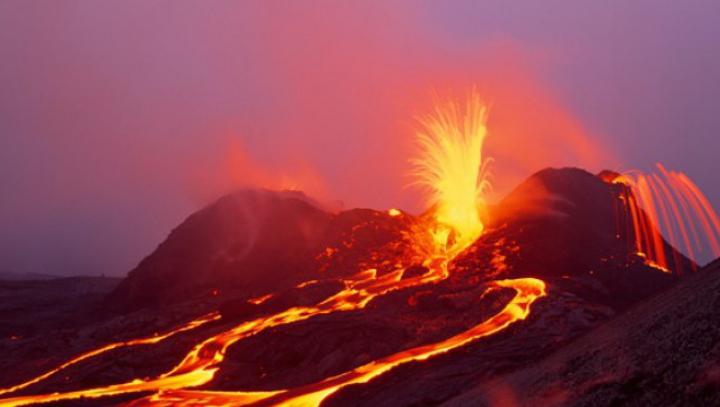 """NO COMMENT! Vulcanul Kilauea din Hawaii, surprins """"zâmbind"""" în timpul erupţiei (FOTO)"""