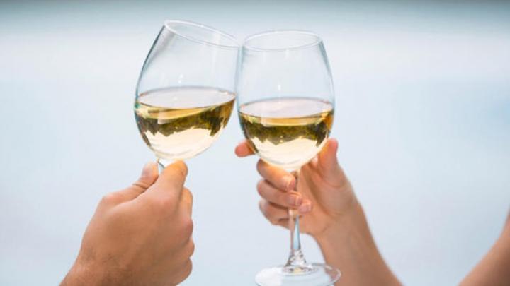 STUDIU: Persoanele căsătorite sau care au o relație beau mai puțin alcool decât cele singure