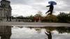 HAZ DE NECAZ! Reacţia neaşteptată a unui bărbat după ploile abundente (VIDEO)