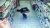 INCREDIBIL! Un bărbat și-a făcut nevoile printre rafturile unui magazin (VIDEO)