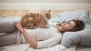 Motivele pentru care pisicilor le place să doarmă pe corpul stăpânilor. Ce spun cercetătorii