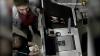 ÎI RECUNOŞTI? Doi indivizi sunt căutaţi de poliţie după ce ar fi atacat şi jefuit un tânăr (VIDEO)