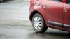 PRINS ÎN FLAGRANT! Ce făcea un individ lângă un automobil parcat în curtea unui bloc din Buiucani
