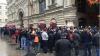 NO COMMENT! Sute de ruşi stau la rând în Piaţa Roşie pentru a-şi cumpăra noul iPhone (VIDEO)