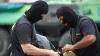 FILMUL EVENIMENTELOR: Cum au fost încătuşaţi de mascaţi indivizii suspectaţi de jaf de motorină (VIDEO)