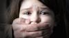 STRIGĂTOR LA CER! O fetiţă de cinci ani, VIOLATĂ DE UN INDIVID în prezenţa surorii mai mici