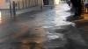 DEZASTRU! Mai multe străzi din centrul Capitalei, INUNDATE. Apa a intrat în subsolurile clădirilor (VIDEO)