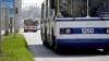 Panică pentru pasagerii unui troleibuz din Bălţi, care a căzut cu roata într-o gaură de canalizare