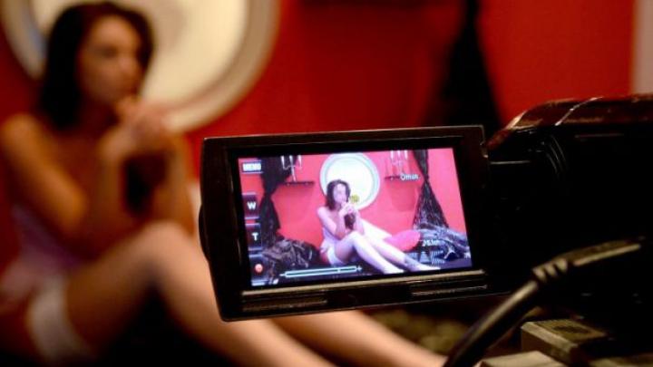 Film porno cu două surori: o mamă a văzut fetele pe un site pentru adulţi. Ce a urmat