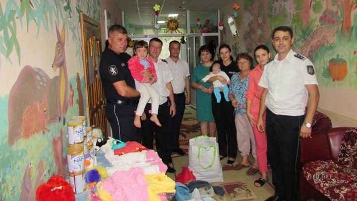 GESTUL DE LAUDĂ făcut de poliţiştii din Făleşti pentru două fetiţe abandonate de părinţi (FOTO)