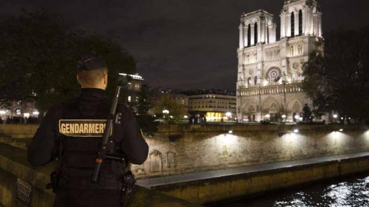 ALERTĂ! O mașină cu butelii de gaz, descoperită în apropiere de catedrala Notre-Dame din Paris