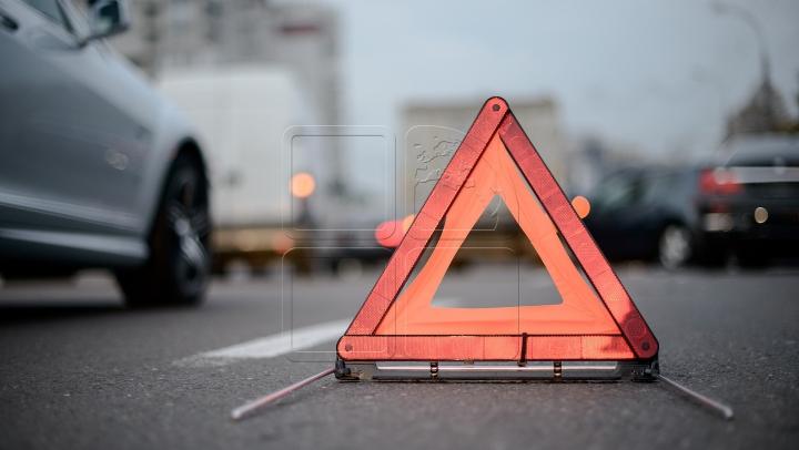 Un nou accident în centrul Capitalei! O şoferiţă a intrat cu maşina într-un troleibuz (FOTO)