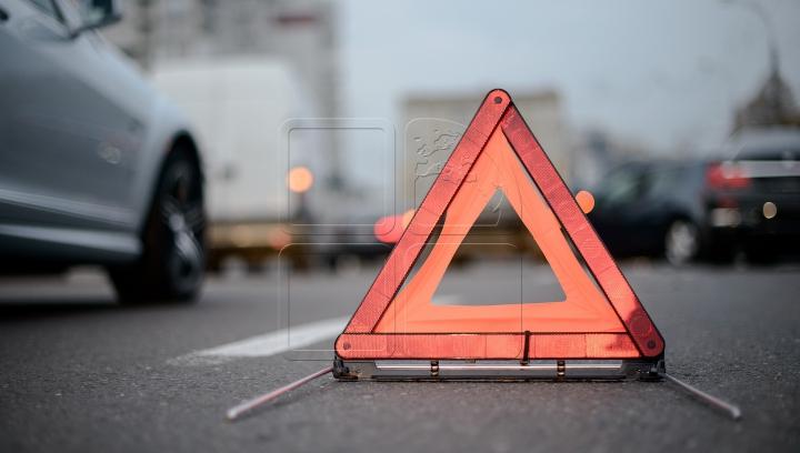 AUTOSTRADA.MD: Un Range Rover a lovit o staţie de autobuz. PRIMELE IMAGINI VIDEO
