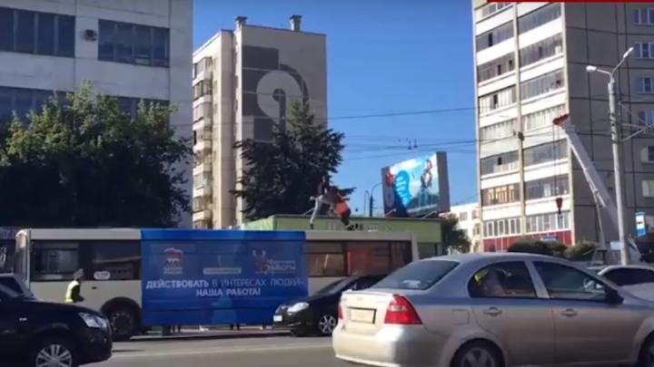 Dans şi bătaie pe acoperişul unui autobuz! Cum s-a încheiat NEBUNIA din trafic (VIDEO)