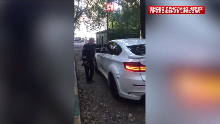NO COMMENT! Un poliţist rus a încercat să spargă geamurile unui BMW X6 cu patul puştii (VIDEO)