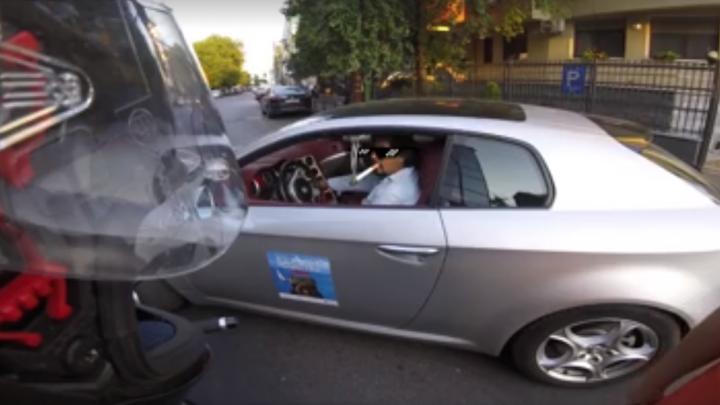 VIRAL pe internet! Reacţia unui şofer, întrebat de ce nu dă prioritate atunci când iese din garaj (VIDEO)