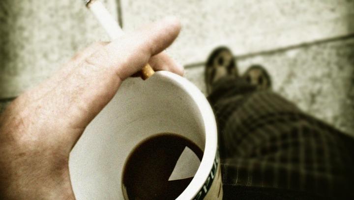Obişnuieşti să bei cafea la o ţigară, pe stomacul gol? Ai putea avea nevoie de ajutorul unui psiholog