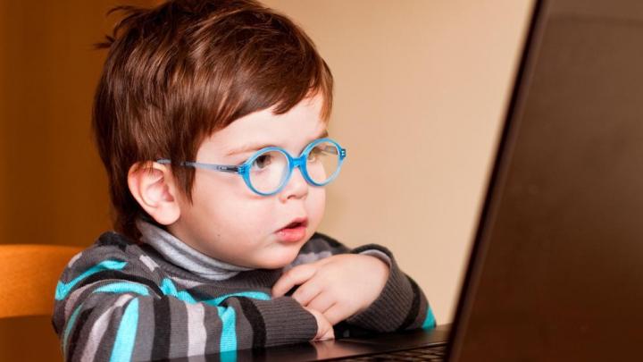 Ce se întâmplă cu copilul tău dacă petrece zilnic mai mult de 2 ore la calculator? Răspunsul specialiştilor
