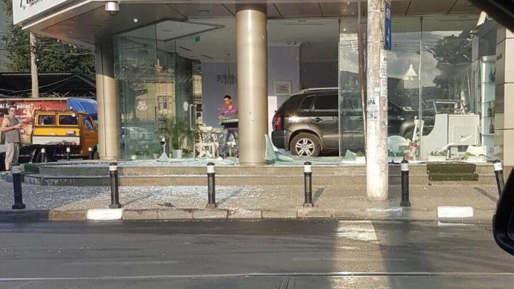 ACCIDENT SPECTACULOS! Un bărbat a intrat cu maşina într-o cofetărie (FOTO)