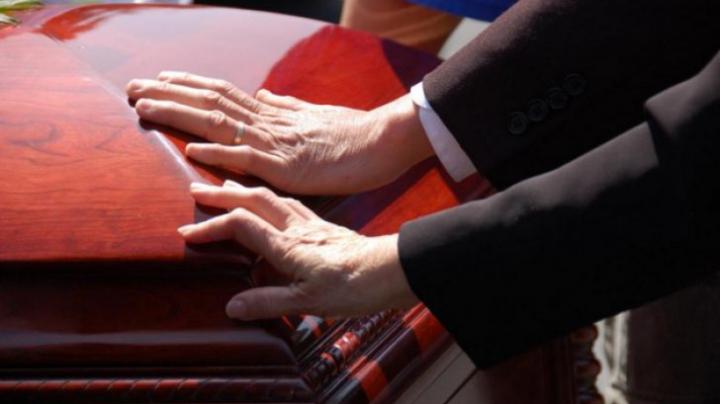 ŞOCANT! Gestul îngrozitor făcut de o femeie în timpul unei înmormântări
