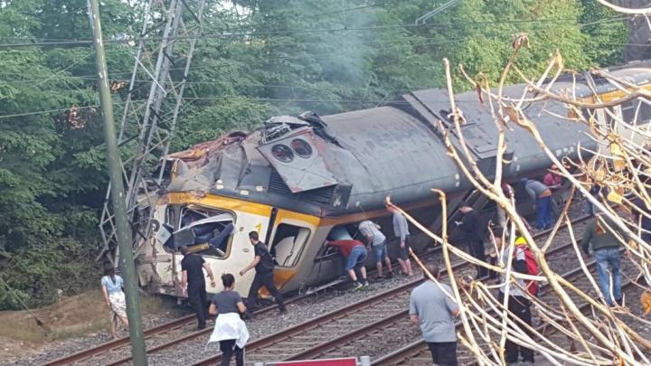 Un tren a deraiat în nordul Spaniei. SUNT MORŢI ŞI RĂNIŢI (VIDEO)