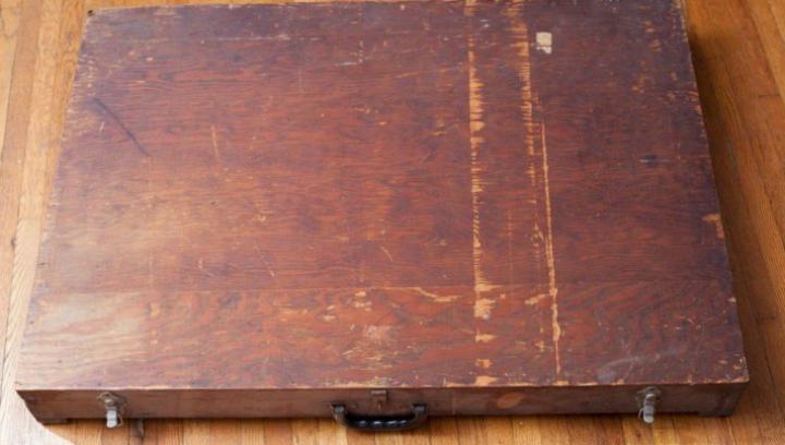 A găsit o cutie din lemn într-un coș de gunoi. Când a deschis-o a rămas ULUIT