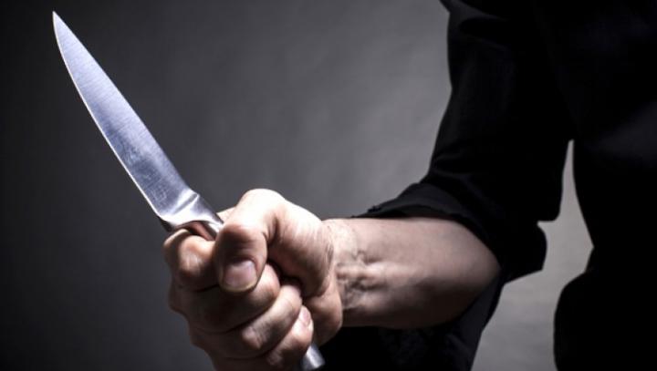 Intoxicaţi cu gaze lacrimogene şi ameninţaţi cu un cuţit! Membrii unei familii din Capitală au trăit un COŞMAR